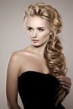 Modell mit dem langen umsponnenen Haar Wellen-Locken-Borten-Frisur haar lizenzfreie stockfotografie
