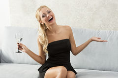 Modell mit einem Glas Lizenzfreie Stockfotografie