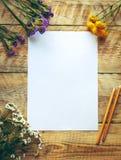 Modell mit Frühlingsblumen und -leerem Papier Abbildung der roten Lilie Stockfotografie