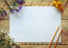 Modell mit Frühlingsblumen und -leerem Papier Abbildung der roten Lilie Stockbilder