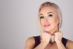 Modell mit gebundenem Hals durch ihr Haar Abschluss oben Grauer Hintergrund Stockfotografie