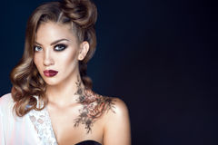 Modell mit künstlerischem bilden und Frisur Körperkunst auf ihrer Schulter Traumfraukonzept Stockfotografie