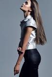 Modell mit langer Kleidung des Haares in Mode Lizenzfreies Stockfoto