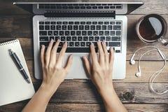 Modell mit Laptop auf Holztisch Lizenzfreies Stockbild