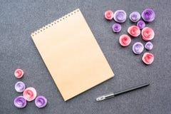 Modell mit leerem Sketchbook oder Notizbuch mit braunem Kraftpapier, stockfotos
