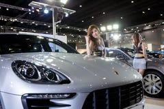 Modell mit Porsche Stockfoto