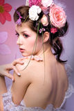 Modell mit rosa Blumenmuster Stockfotos