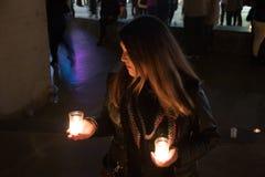 Modell mit schwarzer Jacke im Nachtfoto mit Kerzen stockfoto