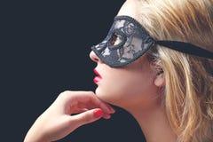 Modell mit schwarzer Spitzemaske Lizenzfreie Stockfotos