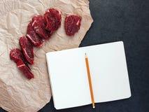 Modell mit Steak des Rindfleisches auf Papier Stockbild