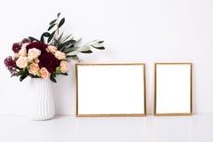 Modell mit zwei goldenes Rahmen Stockfotos