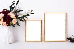 Modell mit zwei goldenes Rahmen Lizenzfreie Stockbilder