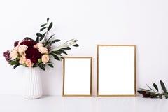 Modell mit zwei goldenes Rahmen Lizenzfreies Stockbild