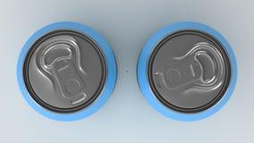 Modell mit zwei kleines blaues Aluminiumgetränkedosen auf weißem Hintergrund Stockfoto