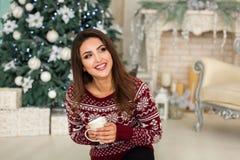 Modell nära julträd i vardagsrum Royaltyfri Fotografi
