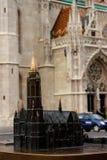 Modell och verklig kyrka arkivbild