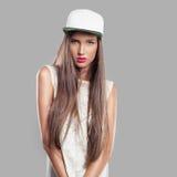 Modell på en grå bakgrundsungdomstil Royaltyfri Foto