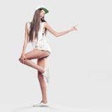 Modell på en grå bakgrundsungdomstil Fotografering för Bildbyråer