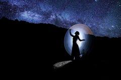 Modell på natten under stjärnor arkivfoto