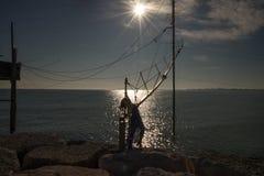 Modell på sjösidan i vinter Med många reflexioner i havet royaltyfria bilder