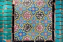 Modell på tegelplattan av väggen av en persisk byggnad i Iran Royaltyfri Fotografi