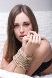 Modell som binds upp med fetischtvångsrepet Royaltyfria Bilder