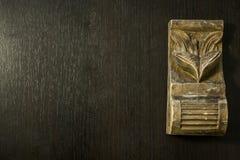 Modell som huggas i trä arkivfoto