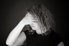 Modell som isoleras på skamset nederlag för vanlig bakgrund royaltyfri fotografi