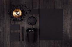 Modell som packar för kaffeprodukter och att shoppa - den svarta pappers- koppen, tomt papper, etikett, kort, brevpapper, guld- s royaltyfri foto