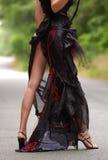 Modell som poserar den sexiga bärande sömnadklänningen Arkivbild