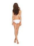 Modell som poserar i den vita bikinin Royaltyfria Bilder