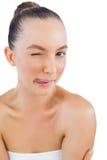 Modell som poserar med tungan ut och att blinka Fotografering för Bildbyråer