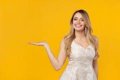 Modell som poserar upp och rymmer en hand Arkivbilder