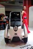 Modell som poseras med medel för rörlighet för Toyota jag-VÄG begrepp under Kuala Lumpur fotografering för bildbyråer