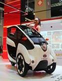 Modell som poseras med medel för rörlighet för Toyota jag-VÄG begrepp under Kuala Lumpur arkivbild