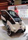 Modell som poseras med medel för rörlighet för Toyota jag-VÄG begrepp under Kuala Lumpur royaltyfri bild