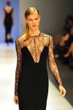 Modell som ställer ut designer av Antonio Berardi på Audi Fashion Festival 2011 Arkivbilder