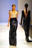 Modell som ställer ut designer av Antonio Berardi på Audi Fashion Festival 2011 Royaltyfri Fotografi