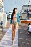Modell som ställer ut designer vid hudsemesterortmode på den Singapore yachtshowen 2013 Arkivbild