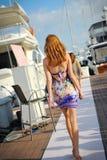 Modell som ställer ut designer vid hudsemesterortmode på den Singapore yachtshowen 2013 Royaltyfri Bild