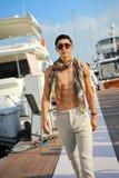 Modell som ställer ut designer vid hudsemesterortmode på den Singapore yachtshowen 2013 Royaltyfri Foto