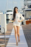 Modell som ställer ut designer vid hudsemesterortmode på den Singapore yachtshowen 2013 Royaltyfria Foton