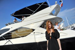 Modell som ställer ut designer vid hudsemesterortmode på den Singapore yachtshowen 2013 Arkivfoton