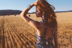 Modell som utomhus bär den maxi klänningen royaltyfri foto