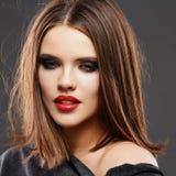 Modell Studio Portrait för hårstil härlig framsidakvinna Fotografering för Bildbyråer