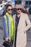 Modell trägt einen fantastischen Pythonschlangenmantel und ihren Partner ein beige Mantel und ein Barett stockfotos