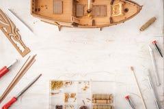 Modell versendet vom Baum auf einer weißen Tabelle Stockfotografie