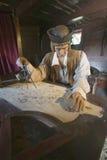 Modell von Christopher Columbus am Schreibtisch mit Karte in seiner Kabine bei Muelle de Las Carabelas, Palos de la Frontera - La Lizenzfreies Stockfoto