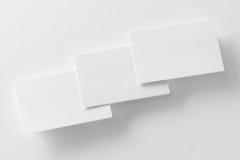 Modell von drei Visitenkarten rudern am weißen strukturierten Papier stockfotografie