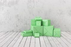 Modell von Geschenkboxen auf einem Hintergrund einer rauen Wand Lizenzfreies Stockfoto